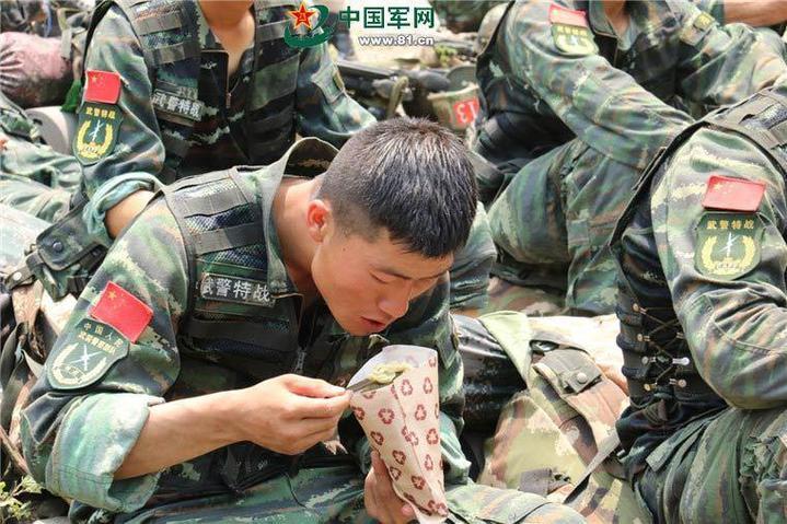武警隊員正在享用13式新型野戰食品包。(中國軍網)
