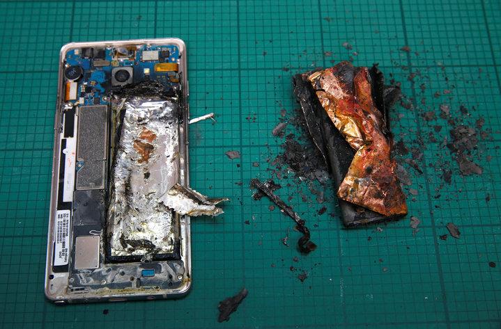 三星所用的鋰離子電池是業界相當普遍的電池材料,但是什麼原因使這種電池如此危險?因為只要手機鋰電池充電充太快或產程中一個細小的製造缺失,便可能造成短路而導致爆出火光。(圖/路透)