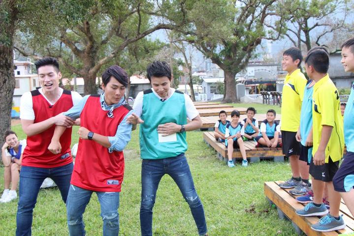 孫協志(右起)、王仁甫和許孟哲主持中視「飢餓遊戲」。圖/中視提供