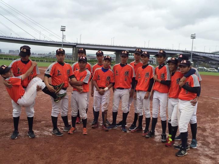 花蓮上騰工商棒球隊雖一度沒教練,但仍努力練球參加比賽,希望能奪得佳績。圖/上騰工商提供