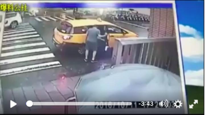 學生坐上計程車,被校外男子強行開車拉出車外。圖/截自爆料公社