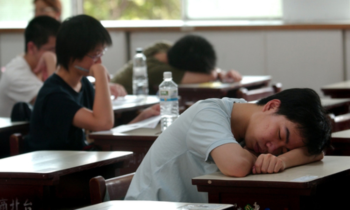 台灣高中生早起晚歸,常累趴在課桌上,有高中生提案建議晚一點上學。圖/取自公共政策網路參與平台