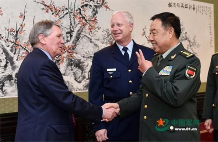 中央軍委副主席范長龍(右)10月12日會見澳洲國防軍司令賓斯金(中)和國防部秘書長理查森(左),中澳為南海問題相互交鋒。(取自中國軍網)