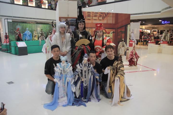 南台灣規模最大三昧堂偶戲展在新光三越台南新天地登場,三昧堂為此展覽打造三尊新戲偶,今首登場。記者鄭宏斌/攝影