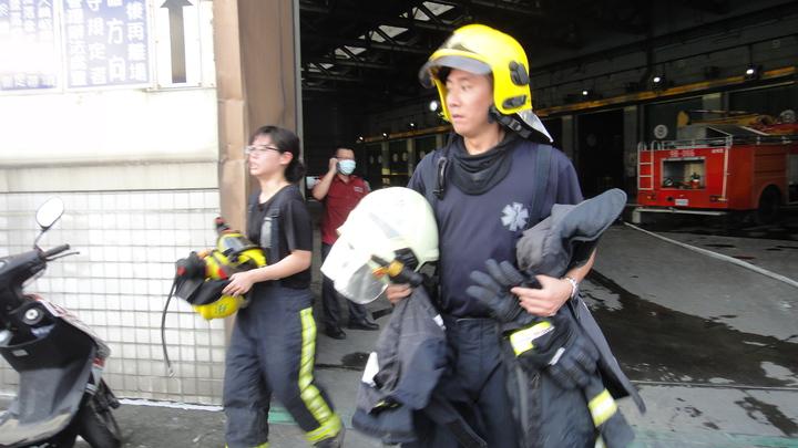 消防隊員進駐協助救火,忙得滿頭大汗。記者蔣繼平/攝影