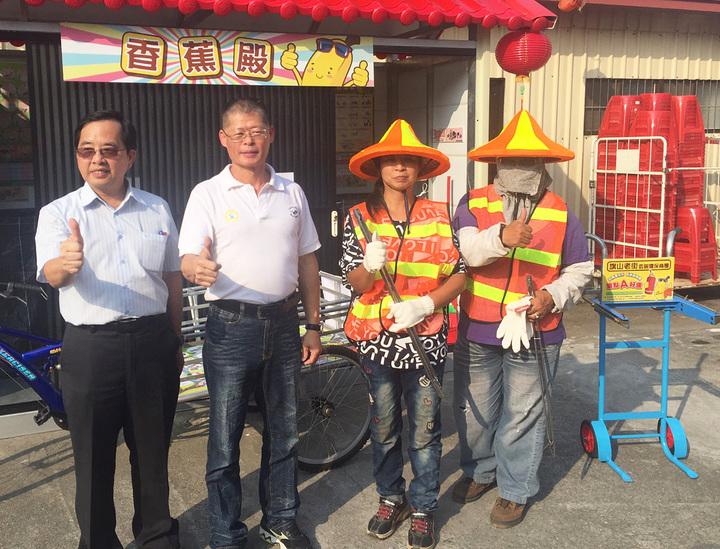 高雄市環保局專門委員郭景聖(左一) 、大高雄商圈總會秘書長王文雄(左二)希望民眾一起做環保。圖/高雄市環保局提供