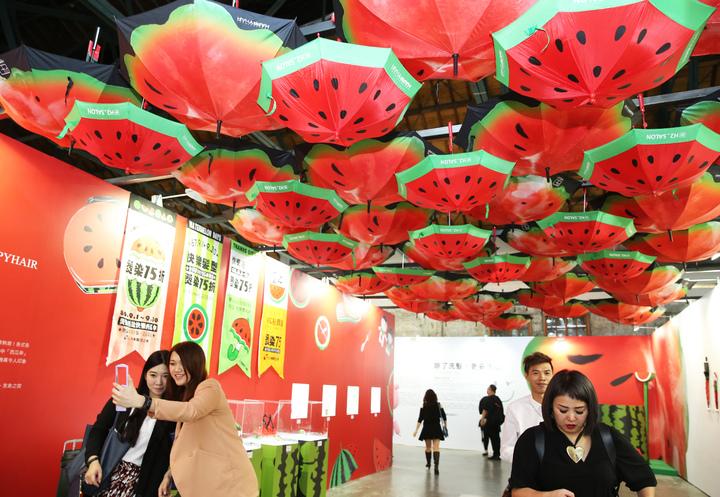 HAPPYHAIR快樂麗康集團昨天在華山文創園區舉辦「快樂四十品牌博覽會」,展出品牌四十年來輝煌成果。記者徐兆玄/攝影