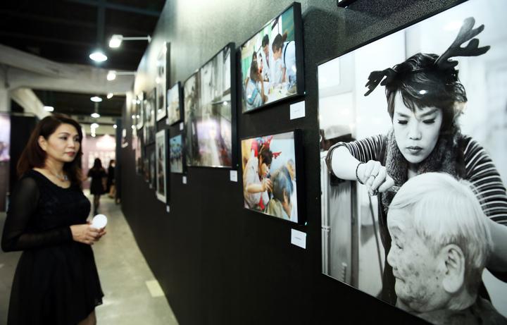 HAPPYHAIR快樂麗康集團昨天在華山文創園區舉辦「快樂四十品牌博覽會」,展出品牌四十年來輝煌成果及歷年來愛心義剪的影像展。記者徐兆玄/攝影