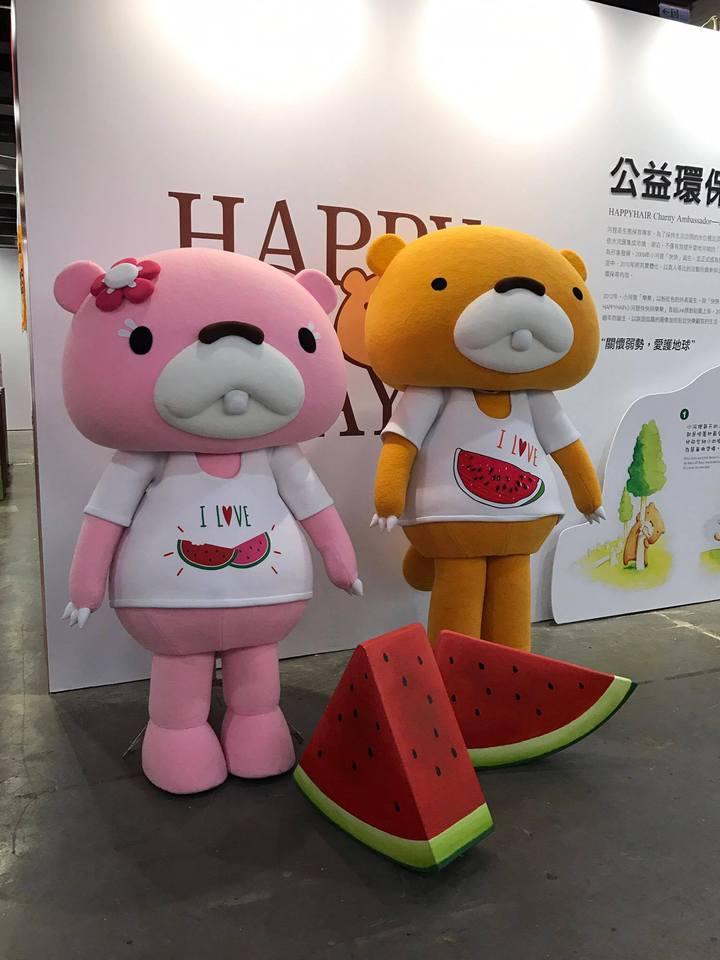 HAPPYHAIR的公益環保大使小河狸與象徵品牌快樂精神的西瓜。記者陳立儀/攝影