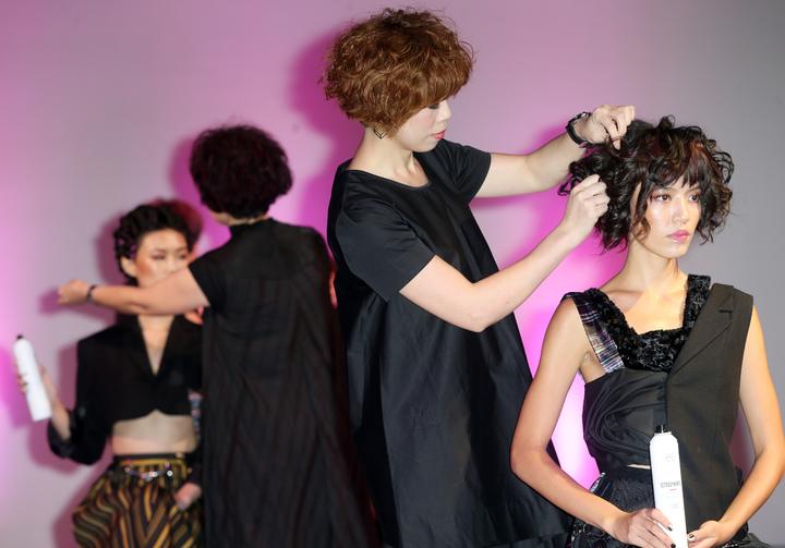 HAPPYHAIR快樂麗康集團昨天在華山文創園區舉辦「快樂四十品牌博覽會」,展出品牌四十年來輝煌成果,同時舉行「四十髮藝大賞」競賽及國際髮型趨勢發表秀。記者徐兆玄/攝影