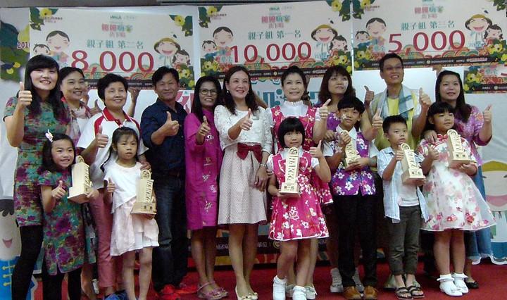客家童謠大賽,親子組前3名和優勝合影接受大家歡呼。記者鄭國樑/攝影