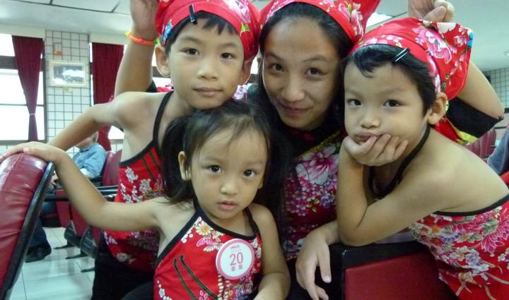 客家童謠大賽家長和孩子很用心打扮。記者鄭國樑/攝影