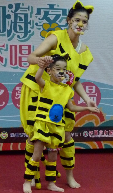 兩隻老虎服裝在客家童謠親子大賽很具吸引力。記者鄭國樑/攝影