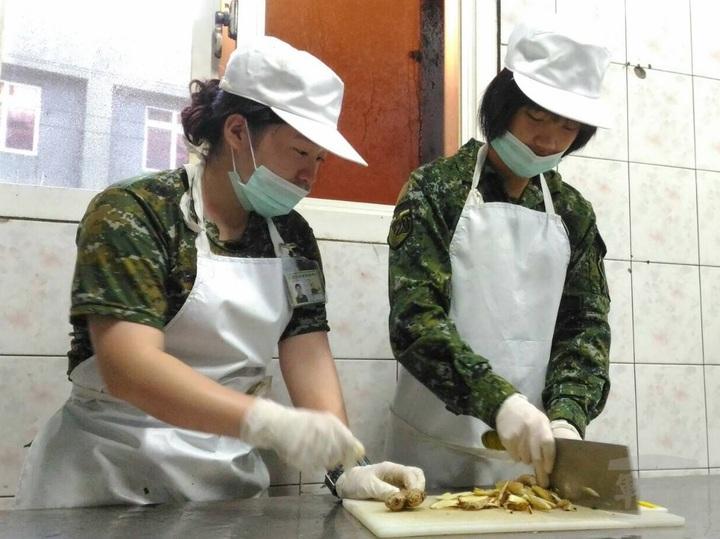 魏家長女雪婷(右)受哥哥影響,今年也加入志願士兵行列,分發到馬防部任食勤兵。圖片來源:軍聞社