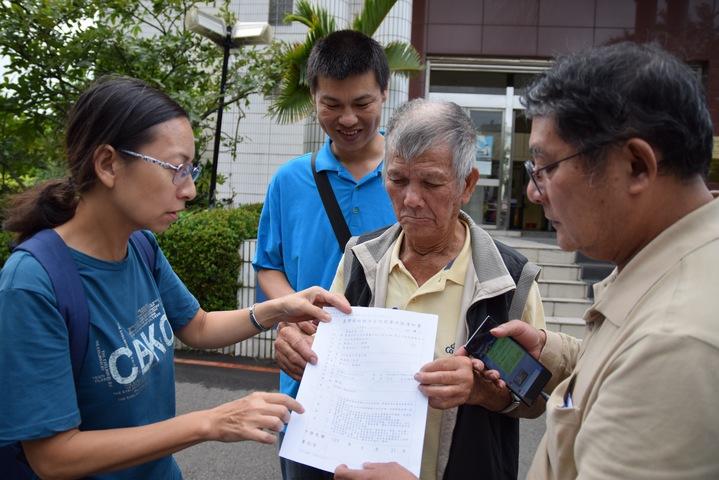 巡佐王添福(左二)幫助老翁鄭輝找到外甥女(左一)和外甥女婿(右一),並陪同三人到新竹地院撤銷死亡宣告。記者李承穎/攝影