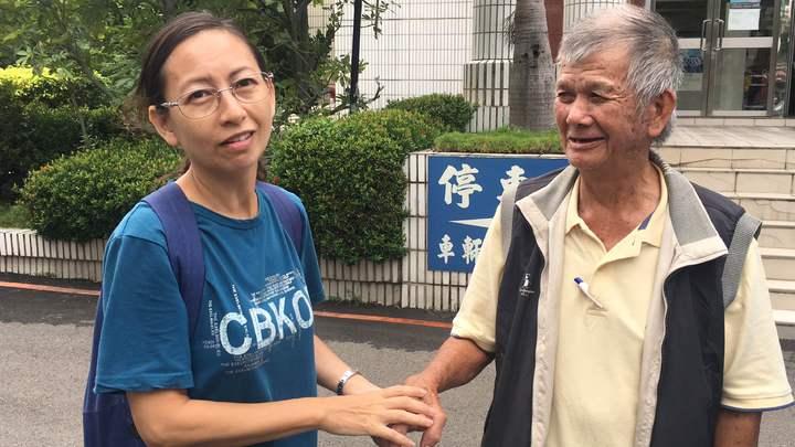 老翁鄭輝透過巡佐王添福找到外甥女,兩人重逢互道思念。記者李承穎/攝影