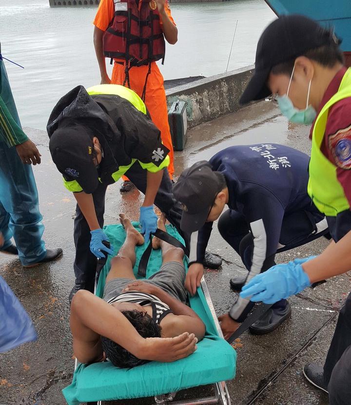 落海漁民從八里漂到三芝獲救,幸無生命危險。 記者林昭彰/翻攝