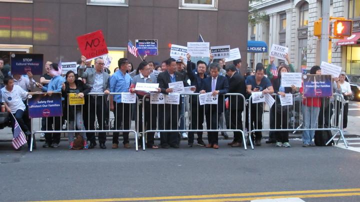 幾十名華裔在YG演唱會門口示威。(記者高夢梓/攝影)