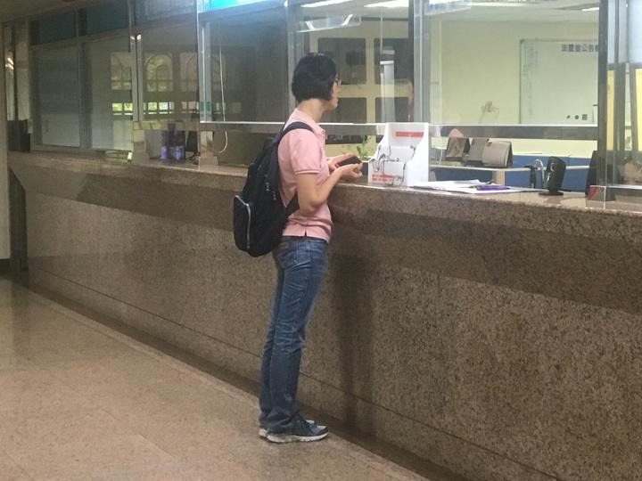 張景傳妻子今天到地檢署辦理交保。記者林孟潔/攝影