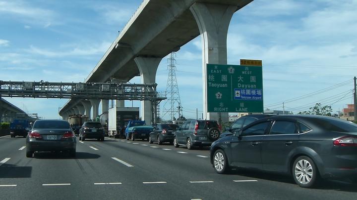 中山高南崁段進國道2號車流嚴重回堵。記者鄭國樑/攝影