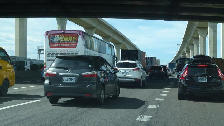 國道2號西向封閉施工延後開放,造成往機場車流和中山高南崁段大塞車。記者鄭國樑/攝影