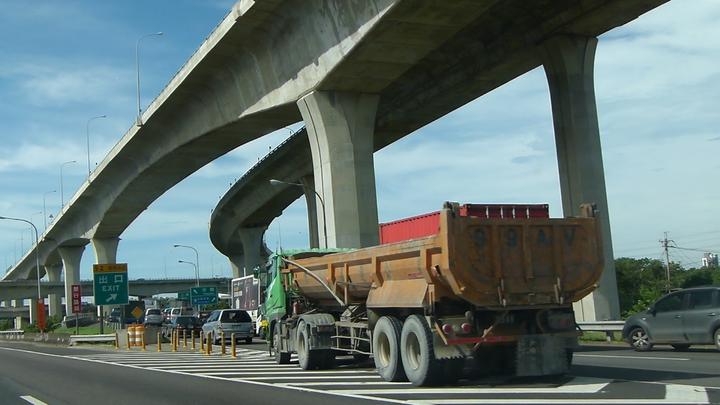 國道2號由中山高南崁段來的車流上午10點還在堵車,平常即時尖峰時段也少見。記者鄭國樑/攝影