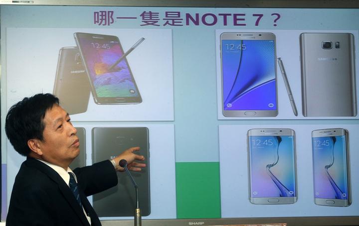 民進黨立委鄭寶清下午在立法院質詢時,出考題要官員分辨哪一隻手機是 Note 7。記者胡經周/攝影
