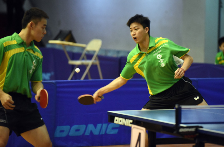 江宏傑(右)和陳建安搭檔雙打,為合庫輕鬆收下1點勝利。       圖/中華桌協提供