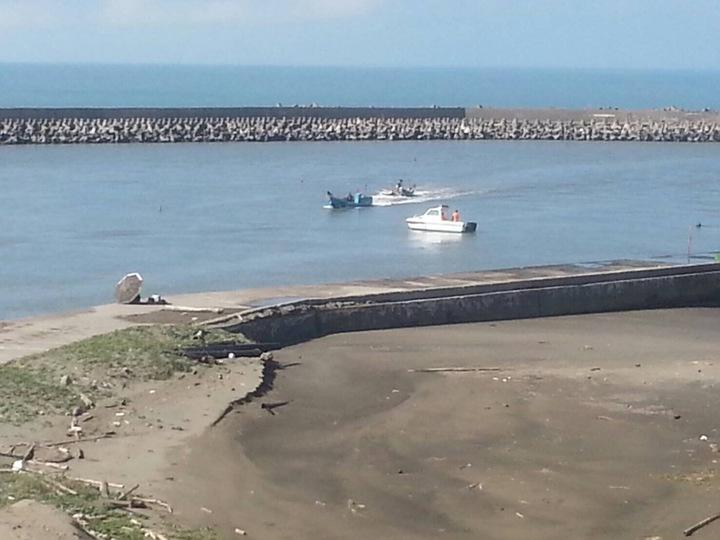 漁民舢舨外海熄火,第五一岸巡大隊請漁民拖回,並出動海巡艇戒護。圖/第五一岸巡大隊提供