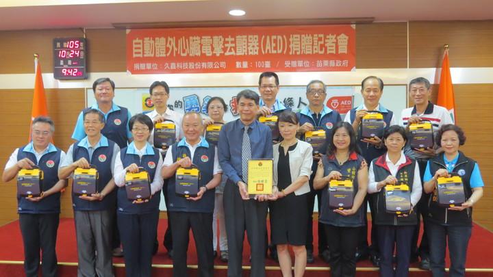 久鑫科技董事長陳章南(中)今捐贈100部AED,慷慨做公益。記者范榮達/攝影