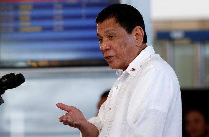 菲律賓總統杜特蒂25日在馬尼拉機場再度砲轟美國。(路透)PHILIPPINES-DUTERTE/President Rodrigo Duterte speaks during a news conference before his departure for Japan, at the Ninoy Aquino International airport in Paranaque, Metro Manila President Rodrigo Duterte speak