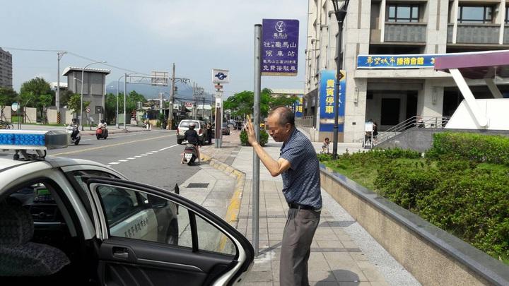 楊翁感謝員警熱心助人讓他這趟返鄉之旅能夠順利完成。記者陳雕文/翻攝
