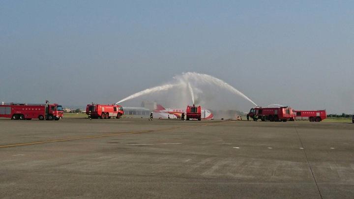 桃園機場公司26日下午舉行105年防災救難演習,場面逼真。(桃園機場公司提供)