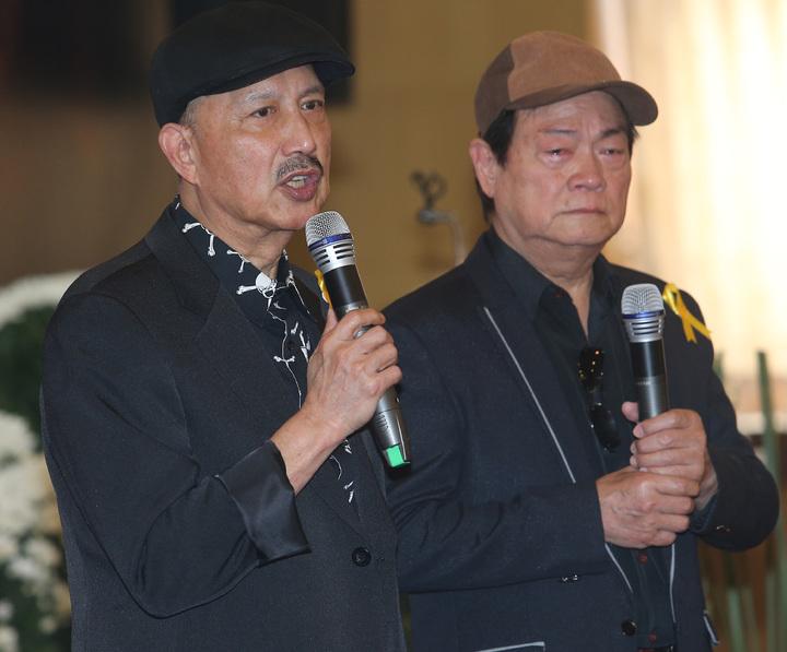 寶島歌王郭金發上午舉行告別式,藝人余天(左)與劉福助(右)獻唱「思慕的人」,歌聲動人。記者劉學聖/攝影