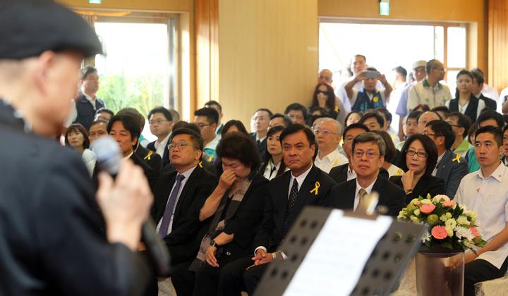 寶島歌王郭金發上午舉行告別式,藝人余天獻唱「思慕的人」,歌聲動人。記者劉學聖/攝影