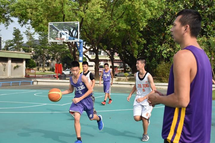 屏東至正國中男子籃球隊成軍三年,在有微笑砲塔之稱的教練洪啟超帶領下,去年拿下縣賽乙組冠軍,實力堅強,今年首度轉型挑戰JHBL甲級聯賽。記者蕭雅娟/攝影