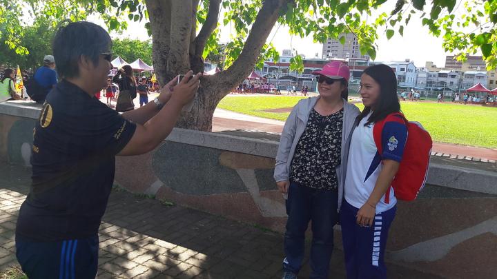 郭婞淳返回母校參加校運,許多老師家長搶與她合照。記者李蕙君/攝影