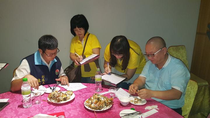 參賽的大閘蟹蒸煮後送交評審品評。記者胡蓬生/攝影