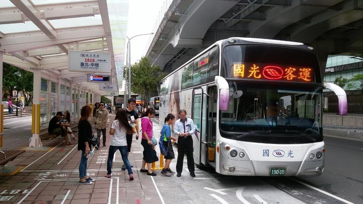 原台北西站A棟客運路線,從今天起改到台北車站周邊上下客。記者郭逸君/攝影