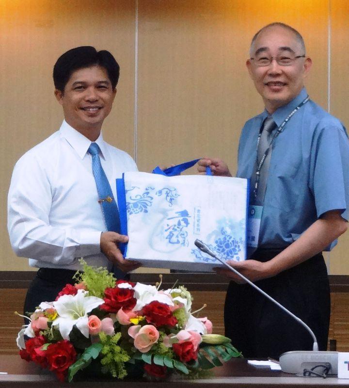 岸巡第五隊長蔡順元(左)與樹德科大副校長嚴大國簽約,未來將送軍兵進修拿學位 。記者王昭月/攝影