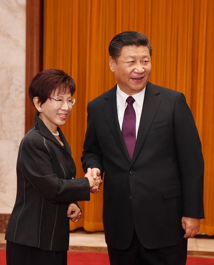 11月1日,中共中央總書記習近平在北京人民大會堂會見中國國民黨主席洪秀柱。中新社發  毛建軍  攝