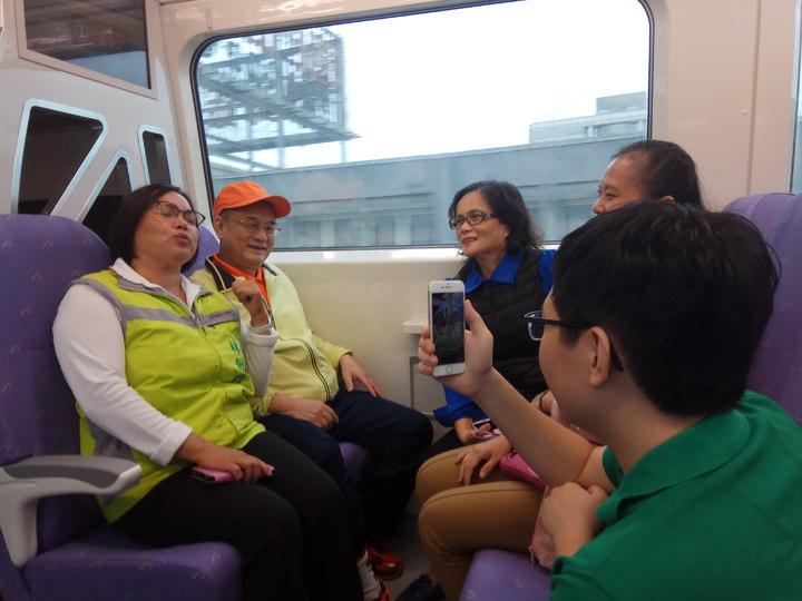 桃園市議員試乘捷運。記者施鴻基/攝影