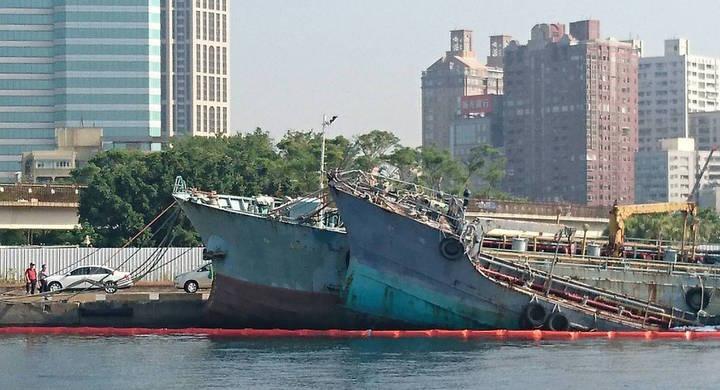 停泊在高雄港淺2碼頭小型油品船「中隆輪」,遭海巡署第五岸巡總隊「福星艦」2日巡航時發現其船艉進水沉沒坐底,幸無漏油情勢。圖/臺灣港務公司提供