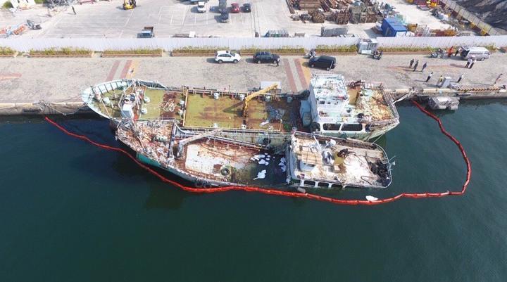 停泊在高雄港淺2碼頭小型油品船「中隆輪」船艉進水沉沒坐底,幸無漏油情勢,明天將吊起拖離。圖/臺灣港務公司提供