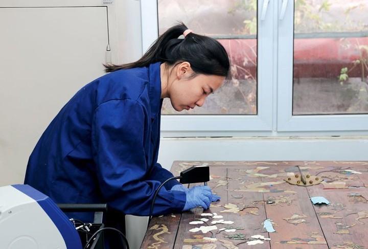 北京故宮「文物醫院」人員正在修復古物。(中新網)