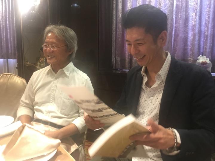 荒山亮(右)應邀演講,談自己取藝名經過。記者陳秋雲/攝影