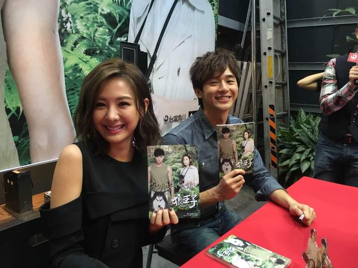 安心亞(左)、張軒睿出席「狼王子」簽書會。圖/台灣角川提供