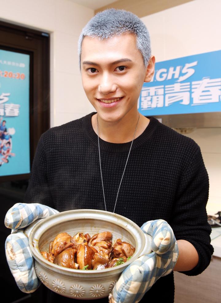 「High 5制霸青春」演員毛弟料理三杯雞。記者侯永全/攝影