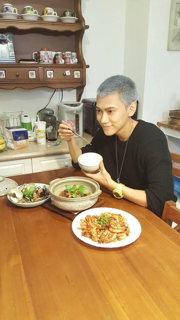 毛弟試吃自己做的料理。記者杜沛學/攝影