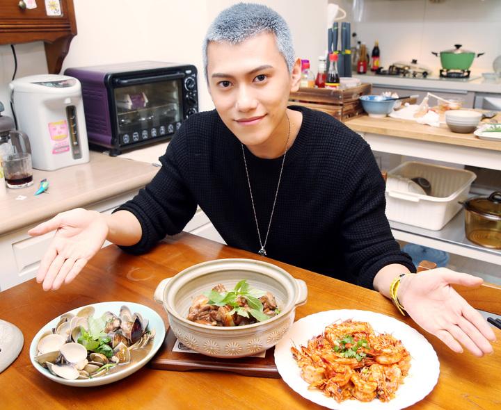 「High 5制霸青春」演員毛弟展廚藝。記者侯永全/攝影